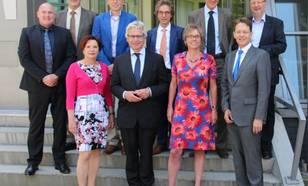 Boven: André Kuipers, Christian Bönnemann, Bert Holtslag, Henk Dijkstra, Luc Kohsiek, Silvester Spendel (secretaris). Onder: Myriam van Rooij (directeur KNMI), Ferd Crone, Annemieke Nijhof, Gerard van der Steenhoven (hoofddirecteur KNMI)