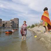 Kinderen spelen in het water tijdens een hittegolf. In 2050 zullen er meer extreem warme perioden zijn. Die zullen leiden tot meer sterfte onder kwetsbare mensen.