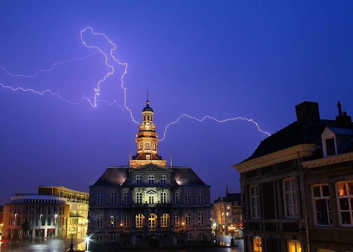 Bliksem boven het stadhuis van Maastricht