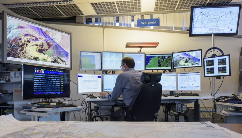 Meteorloog aan het werk in de weerkamer