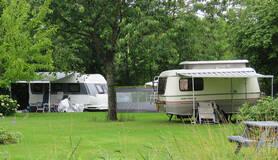 caravans met somber weer op de camping in groningen in juli 2020
