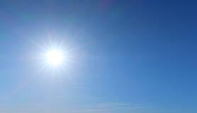 strakblauwe lucht met zon in april 2020