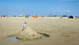 Kind speelt op het strand