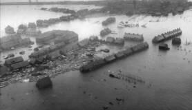 luchtfoto van oude tonge tijdens de watersnoodramp in 1953