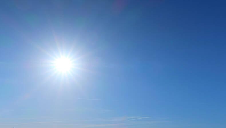zon met blauwe lucht
