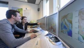 seismologen kijken naar computerscherm