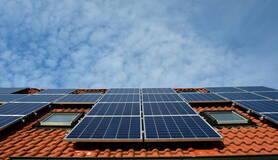 Zonnepanelen op een dak in Nederland