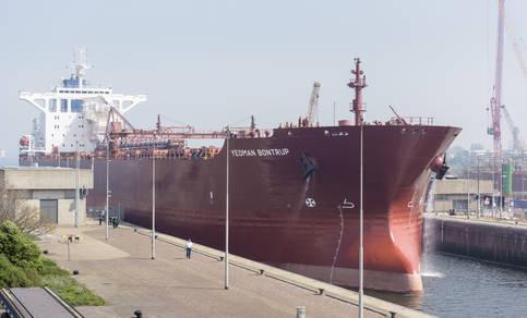 groot schip in de haven van ijmuiden