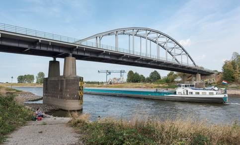 Binnenvaartschip vaart op de rivier de IJssel bij Doesburg in 2018