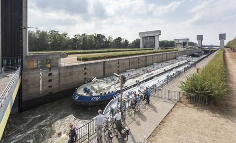 Lange wachttijden bij de Prinses Irenesluizen in het Amsterdam-Rijnkanaal bij Wijk bij Duurstede in de zomer van 2018.