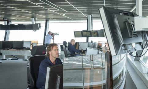 Verkeersleiders achter computerschermen in het Havenoperatiecentrum in IJmuiden