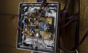Sjaak de Wit besteedt veel aandacht aan de juiste elektronica en meetopstellingen van zijn weerstation. ©KNMI
