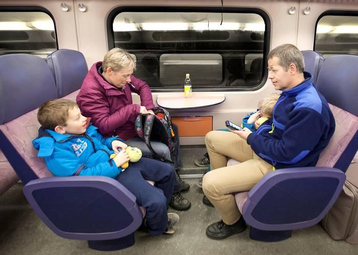 Familie in de trein, Jonathan slaapt, Raphael kletst, Sander kijkt op zjin telefoon