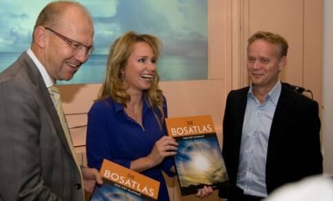 Staatssecretaris Joop Atsma van Infrastructuur en Milieu en RTL-weerpresentatrice Helga van Leur namen de eerste exemplaren van de Bosatlas van het klimaat in ontvangst uit handen van eindredacteur Rob Sluijter van het KNMI (foto: Hans Verloop,  KNMI)
