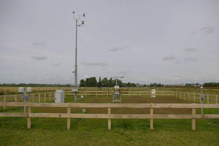 Het nieuwe weerstation Voorschoten dat op termijn in de plaats komt van het nabijgelegen weerstation Valkenburg (foto: Huub Mizee)