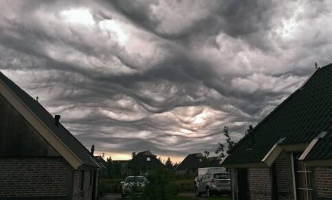 De onlangs benoemde wolk undulatus asperitas (bubbelwolk) zoals die op 31 augustus 2015 te zien was in Drenthe. Foto Peter de Vries.