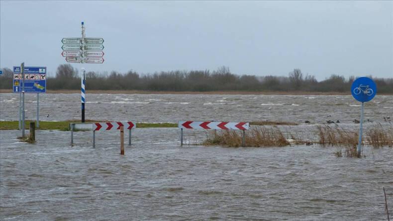 Ondergelopen wegen tijdens hoogwater. Foto Jannes Wiersema