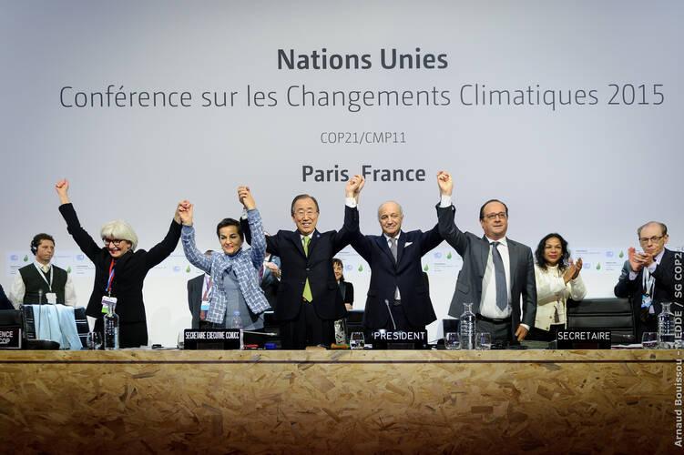 Parijs 12 december 2015: na het bekendmaken van het Klimaatakkoord door voorzitter en toenmalig Franse minister van Buitenlandse Zaken Laurent Fabius ©Arnaud BOUISSOU-Medde /SG COP21