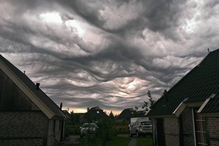 De nieuw benoemde wolk undulatus asperitas (bubbelwolk) zoals die op 31 augustus 2015 te zien was in Drenthe. Foto Peter de Vries.