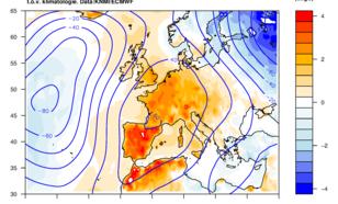 Figuur 1. Afwijking van normaal in het luchtdrukpatroon op 5 km hoogte (blauwe lijnen) en temperatuur op 2 meter gedurende 1 mei tot nu. Er heerste hoge druk boven West- en Zuid-Europa, en hoge temperaturen tot wel 4 graden boven normaal (1981-2010).
