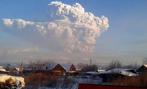Vulkaanpluim van de Bezymianny vulkaan op Kamtjatska op 20 december 2017. Bron: The Siberian Times.