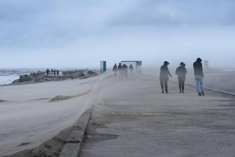 mensen worden omver geblazen en gezandstraald door storm aan de nederlandse kust
