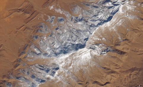 Figuur 1: Besneeuwde zandheuvels in de Sahara duidelijk zichtbaar op deze door de Operational Land Imager (OLI) van Landsat 8 gemaakte foto van 8 januari 2018. Bron: Nasa, Earh Observatory.