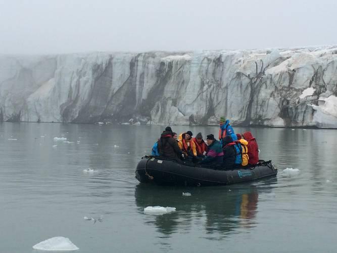 In een Zodiac langs glacier in Spitsbergen tijdens de poolexpeditie sees.nl in augustus 2015 waar Richard Bintanja aan deelnam