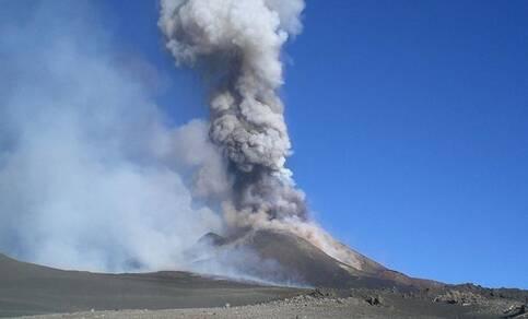 Figuur 1. Vulkaanuitbarstingen kunnen zwaveldeeltjes tot grote hoogte in de atmosfeer brengen. Foto: Mike Ickx