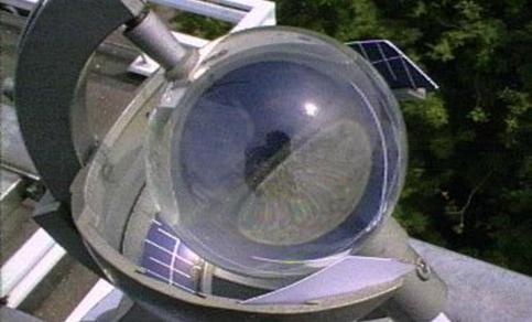 Figuur 1. Een Campbell Stokes zonneschijnmeter, waarmee vroeger de duur van de zonneschijn werd bepaald.