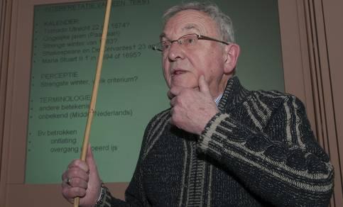 Foto van Jan Buisman tijdens een voordracht bij het KNMI over het klimaat in de Lage Landen.