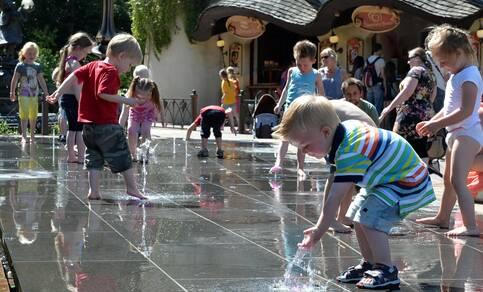 kinderen spelen met water met warm weer