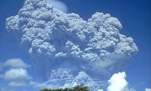 Foto van uitbarsting Filipijnse vulkaan Pinatubo, 12 juni 1991.