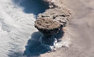 Foto van dee uitbarsting van de Raikoke vulkaan zoals gezien vanuit het International Space Station.