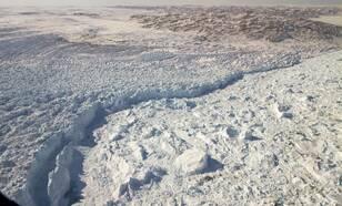 Figuur 1: Het afkalven van Jakobshavn gletsjer in west Groenland, gefotografeerd door een NASA vliegtuig. Bron: NASA/GSFC/Jefferson Beck