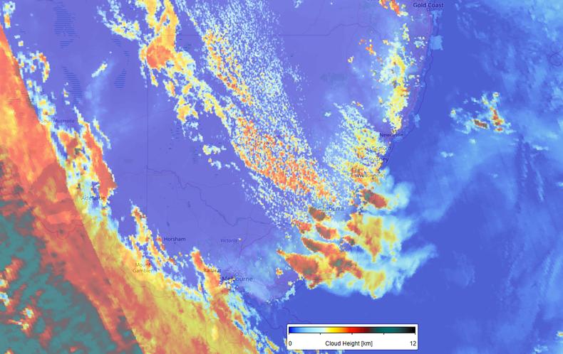 Kaart van TROPOMI metingen van de wolkentophoogte van de Australische bosbranden op 4 januari 2020. Boven de meeste intense vuurhaarden reiken de (rook)wolken tot boven de 10 km.