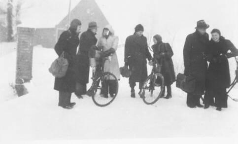 mensen in de sneeuw in de winter van 1944-1945