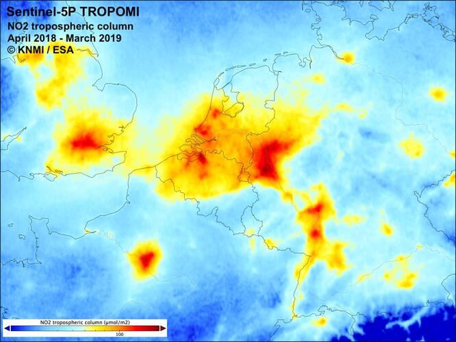 kaart met de verdeling van stikstofdioxide (NO2) boven Nederland en directe omgeving