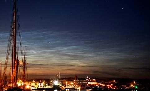 Figuur 1. Lichtende nachtwolken gefotografeerd vanaf Terschelling in de nacht van 19/20 juni 2020, kort na middernacht. Bron: Sytse Schoustra.
