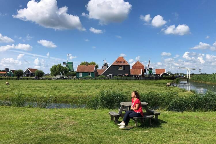 Zonnen bij de Zaanse Schans zonder toeristen in juni 2020