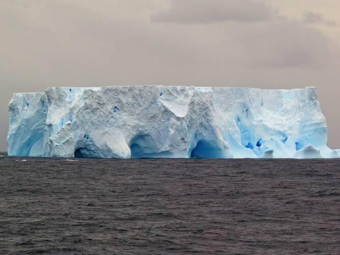 Figuur 1. IJsberg in de Zuidelijke Oceaan. Foto: Michael Weber.