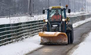 De gladheidsbestrijders maakten afgelopen winter heel wat overuren. Ook aan het schoonhouden van de fietspaden hadden ze een hele kluif (foto: Robert Hoetink)