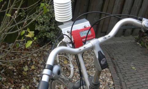 Het weerstation op de fiets waarmee KNMI-onderzoeker Theo Brandsma onderzoek deed naar het warmte-eilandeffect van Utrecht (Foto: KNMI)