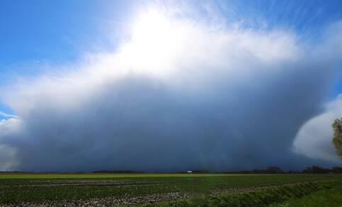 De opvallend donkerblauwe kleur tussen de buienwolken hangt samen met de schone en op grote hoogte droge lucht afkomstig uit het poolgebied. ©Jannes Wiersema