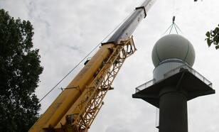 Installatie van de radar en de beschermende radome op de toren in Herwijnen foto: Kees Lemcke ©KNMI