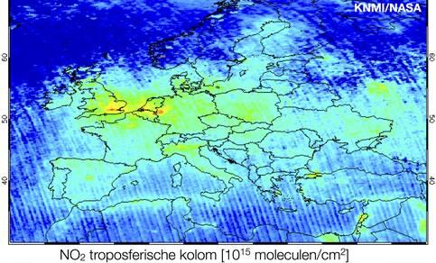 Hoge waarden voor de gemeten maandgemiddelde hoeveelheid stikstofdioxide (NO2) in de warme zomermaand juni 2017 in de omgeving van Nederland. NO2 is een belangrijke component van de luchtverontreiniging in Nederland. Bron: OMI satellietwaarnemingen, KNMI.