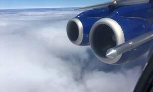 Uitzicht op de wolkenlaag boven de Zuid-Atlantische Oceaan vanuit het BA-146 onderzoeksvliegtuig, met voor de twee motoren de wolkensensor.