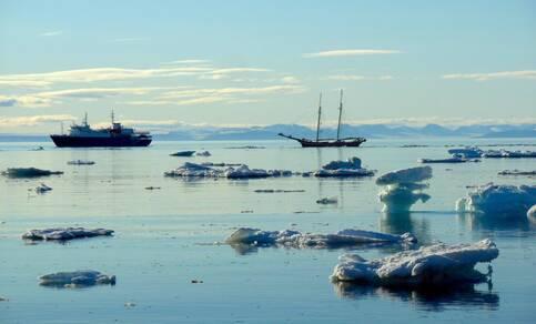 Scheepvaart tussen zee-ijsschotsen nabij Spitsbergen (foto: R. Bintanja).