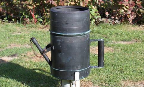 foto van een neerslagmeter waarmee de waarnemers de hoeveelheid regen meten