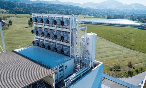 Figuur 2: Een prototype 'stofzuiger' die tot 900 ton CO2 per jaar zou kunnen opvangen. Hiervan zouden er enkele honderdduizenden nodig zijn voor reële vermindering van de hoeveelheid CO2 in de atmosfeer (Bron: climeworks.com).